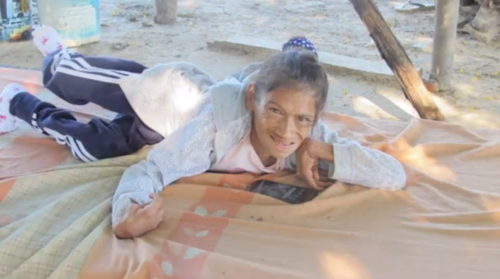 [Image]This is Rosa, 39 years old, in Asuncion, Paraguay. When she was 5, a bout of meningitis left her paralyzed. As she is not able to move her limbs, she uses her chin & nose to scroll her mobile phone & send texts. Don't take what we have for granted! Count our blessings! Photo: Tzu Chi Paraguay