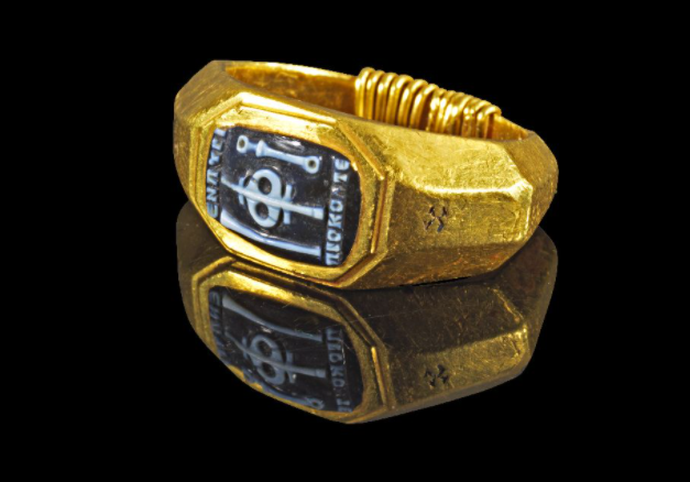 "Ancient Roman soldier's ring with the inscription ""ΕΝ ΠΥΡΙ ΠΡΟΚΟΠΤΕ"" – ""In Fire we Flourish"" [IMAGE]"